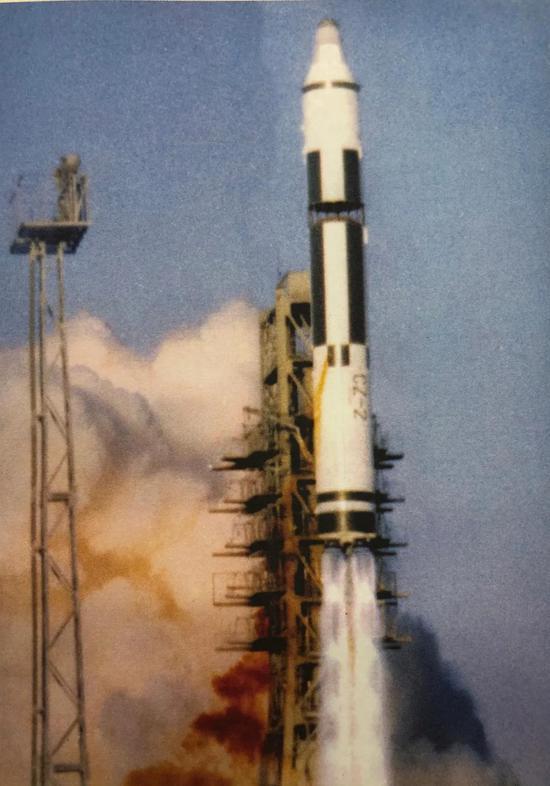 长征二号火箭发射我国第一颗返回式卫星。