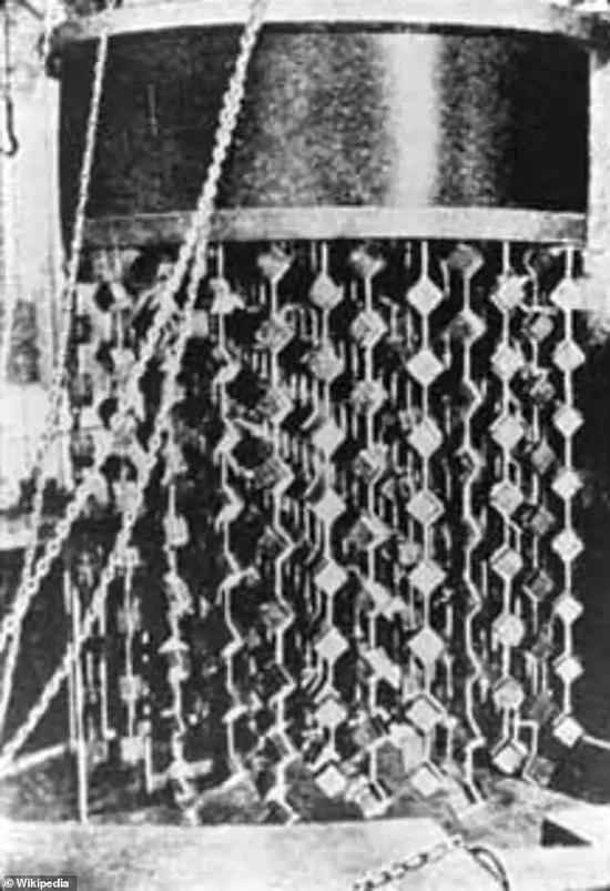 """这座原型核反应堆的核心是一台由664枚铀立方体组成的""""吊灯"""""""