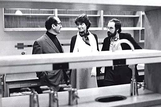 鲁里亚 (左) 与霍普金斯 (中) 和巴尔的摩 (右) 在麻省理工癌症研究中心, 1973 图片来源:https://www.nobelprize.org/prizes/medicine/1969/luria/photo-gallery/