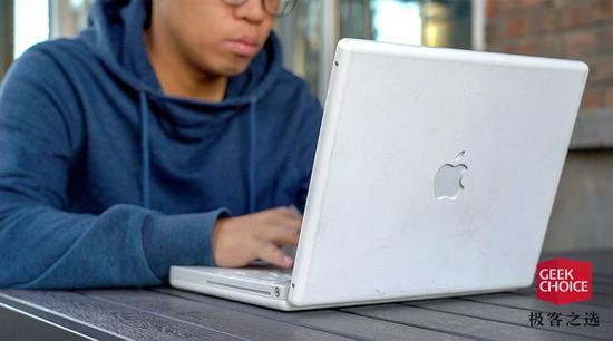 15年前的iBook再上手 竟然比MacBook还好用?