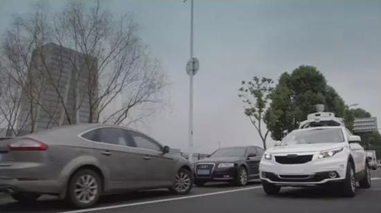 測試中的滴滴自動駕駛汽車(白色)