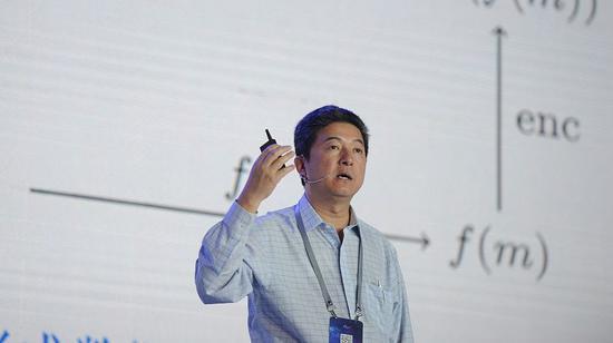 ▲張首晟在復旦大學校史館前留影。圖片來自新京報網。
