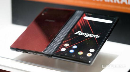 Power Max P8100S 配备了两块 6 英寸 @ FHD+ 显示屏