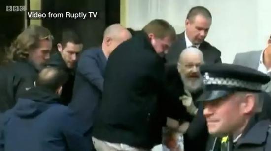 阿桑奇被捕画面。图片来自Ruptly TV视频截图