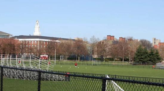 现在哈佛商学院前的足球场曾是Fieser测试凝固汽油弹的地方。图片来源:napalmbiography.com