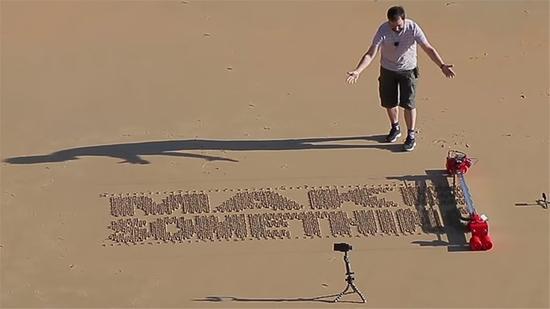 伊万。米兰达和他发明的沙滩刻字打印机