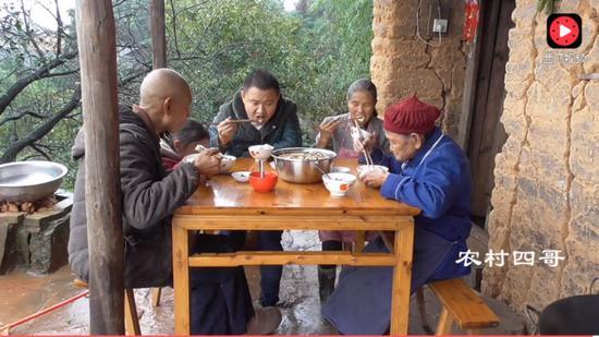 2017年底,王荣琪一家人在吃饭。图片来自西瓜视频截图