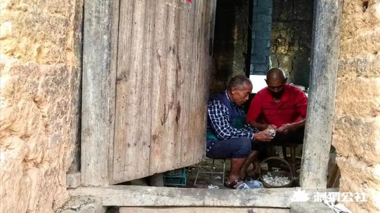 王荣琪的父亲和表叔经常出现在他的视频中 拍摄/石灿