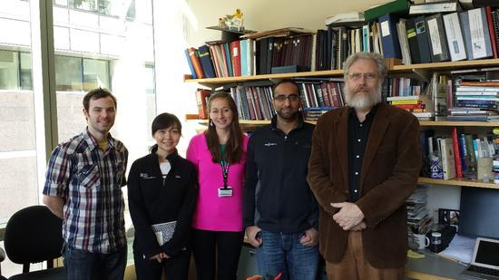 """▲丘奇的""""复活者""""团队,左二是来自中国的女科学家杨璐菡。(来源:Baku)"""