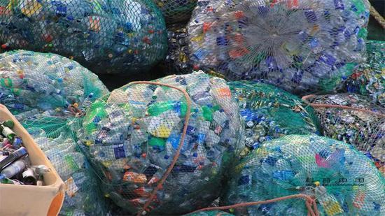 堆积的废弃塑料瓶
