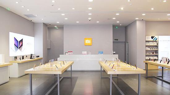 ▲ 上图为Apple Store,下图为小米之家