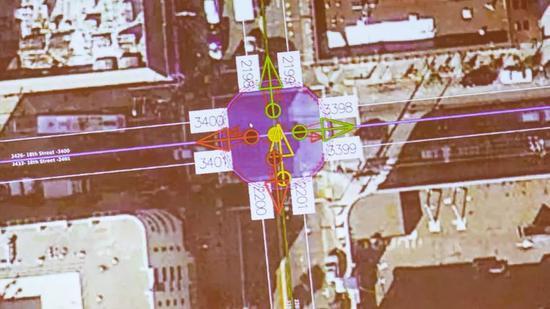 人工标注的道路编号和行驶方向(红色为禁行)。来源:CNET