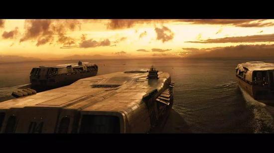 (《2012》剧照,人类为延续文明造了几艘方舟巨船,但船票价格高达每人10亿英镑)