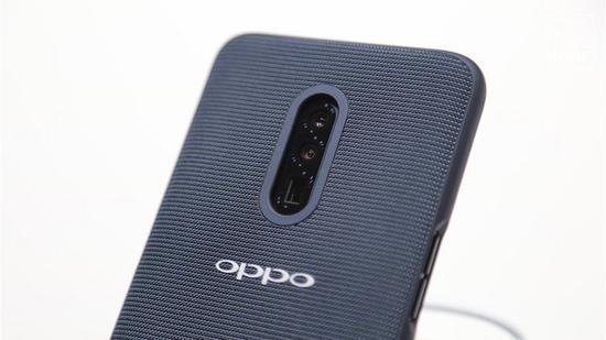 ▲ OPPO 的后置三摄方案,最下为潜望式长焦摄像头