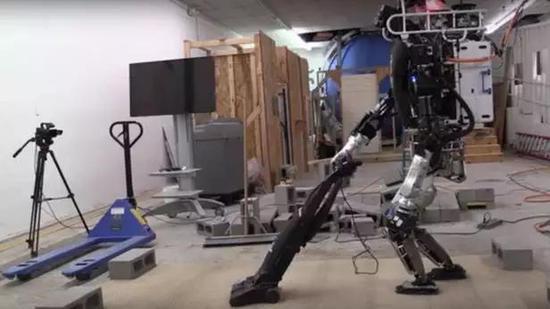 机器人使用吸尘器有模有样