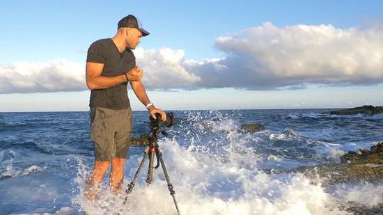 摄影师测试的位置距离海边太近了