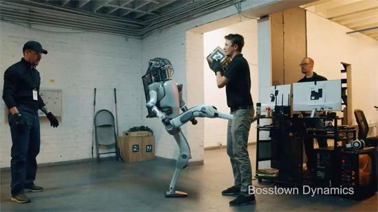 混战的结局,两名测试人员被打倒在地,机器人大摇大摆地走出了门: