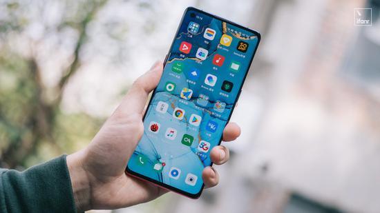 2020年的智能手机:钻孔屏成主流 5G和AI改变用机习惯