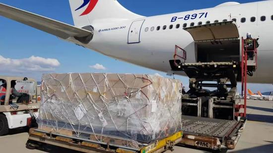 1月30日11时许,东航MU5070从印尼雅加达飞抵上海浦东机场,机上载有共1吨216箱共计77760个N95口罩