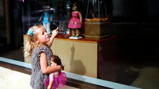 男孩玩小车、女孩玩娃娃是社会强加的结果?可是猴子也是这么选的