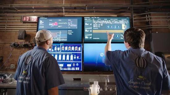 工作人员通过数据监控生产环节的安全