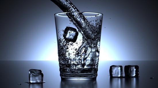 你每天都喝的水,是在哪里被吸收的?胃,肠,还是肾?