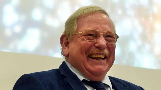莱因哈德·根泽尔(Reinhard Genzel,1952)。甘泽尔学生时代曾是德国最好的标枪运动员,后来学习物理后走上科学之路。图源:NBC