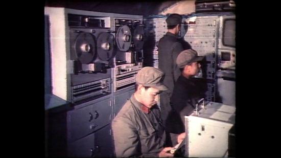 活动测控方舱内,科技人员正在接收遥测数据。