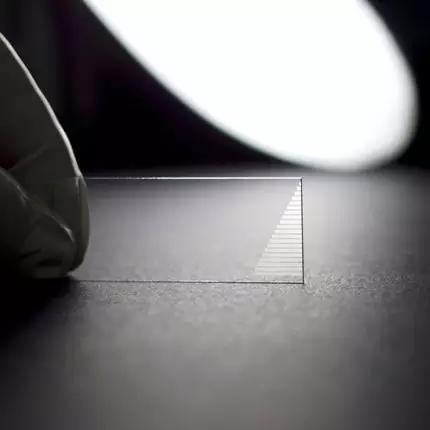 图示芯片中的二十组光子阵列里,每组都包含了2401根波导