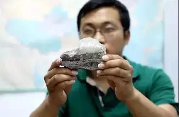孟凡巍手持其中一塊奧陶紀石鹽