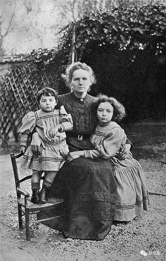 ▲ 居里夫人和她的两个女儿:Eve(左)、Irene(右)。如果你为Eve感到悲哀,那善良就限制了你的想象力:她的丈夫Labouisse获得了1965年诺贝尔和平奖