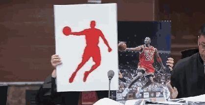 代理律师拿着迈克尔·乔丹的经典照片与乔丹体育使用的图片商标作对比蒙板脱落后二者轮廓完全重合
