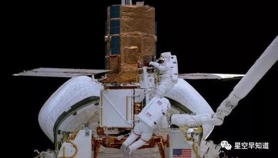 宇航员在对故障卫星进行维修来源:纪录片《The Dream Is Alive》画面截图