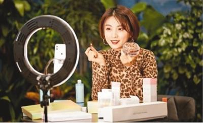 主播正在使用直播平台进行化妆品介绍。    (来源:中新网)