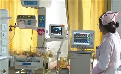 11月21日,患儿在安徽省立儿童医院重症监护室接受治疗