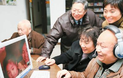 家住杭州的张淼林夫妇通过网络视频和美国的儿子一家通话,6岁的孙女在网上给爷爷奶奶拜年。   资料图片