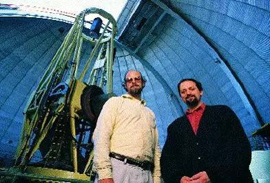 Marcy(右)和Butler(左)在Lick望远镜前