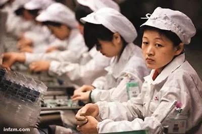 """图片来源:2010年南方周末报道,其报道中的图注为""""富士康生产线上的工人,目光呆滞"""""""