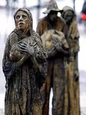 图12 爱尔兰首都都柏林的饥荒雕像