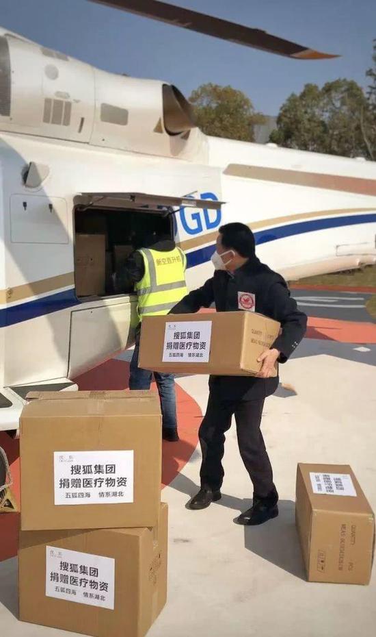 (从上海用直升机空运口罩到黄冈等地)