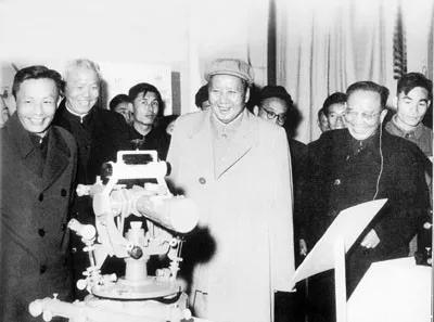 1958年,毛泽东主席参观中国科学院科研成就展。前排左起为:张劲夫、吴有训、毛泽东、郭沫若。(图片来自http://www.cas.cn/)