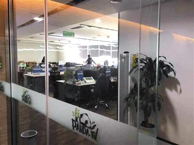 3月7日,熊猫直播位于?#26412;?#26395;京SOHO的办公区内,只有少数员工在办公。 实习生 沈畅 摄