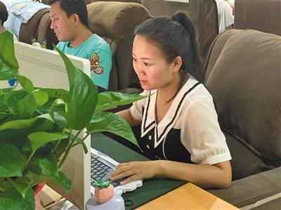 8月7日下午,劉研娜正在給不同種類的汽車拉框。