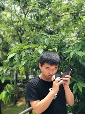 一名視障者正在使用手機。深圳市信息無障礙研究會供圖