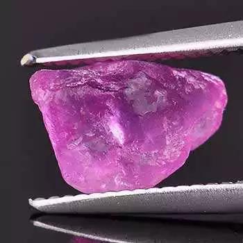 4-天然粉色藍寶石單晶,爲他形晶(圖片來源:百度圖片)