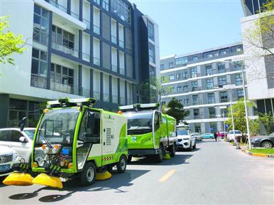 无人驾驶清洁车在园区内进行清扫 /受访者供图