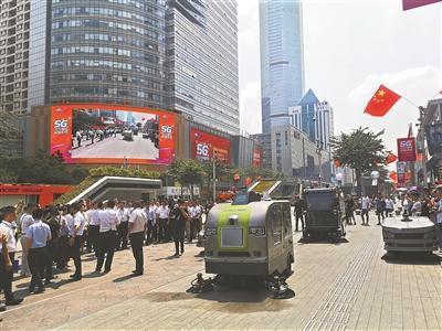 5G生活体验街区启幕 5G环卫机器人集群编队亮相