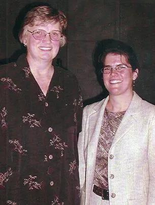 1990年代盖兹在芝加哥阿德勒天文馆(Atler Planetarium)上发表演讲后与老师朱迪斯·基恩合影丨图源:news.uchicago.edu/