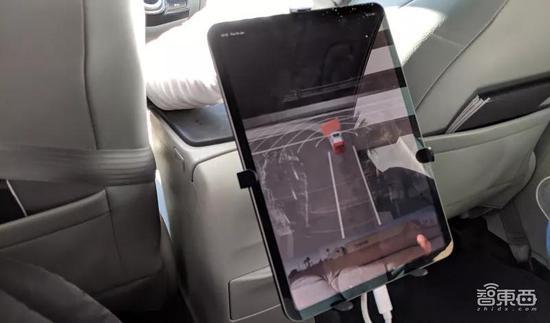 ▲体验时后座也配有可用于监测车辆驾驶情况的显示器,图片来源于网络