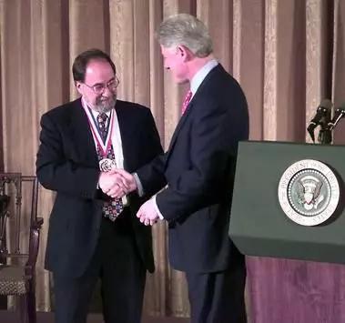 巴尔的摩从时任美国总统克林顿手中接过国家科学奖章 图片来源:https://www.nationalmedals.org/laureates/david-baltimore